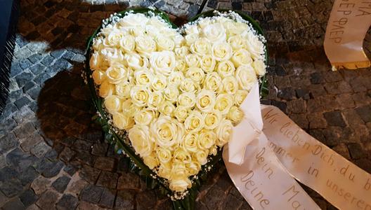Herz aus weißen Rosen