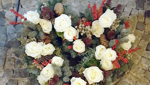 Trauerherz aus weißen Rosen